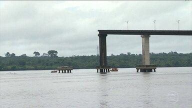 Bombeiros buscam possíveis vítimas do desabamento da ponte no interior do Pará - Por causa do acidente, as viagens que eram de carro estão sendo feitas de balsa
