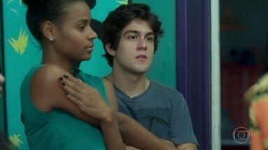 Alex sente ciúmes de Maria Alice com Anderson - Maria Alice se surpreende com a forma com que o dançarino a trata