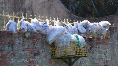 Moradores de Alvorada sofrem com a falta da coleta de lixo - Sacos de lixos se acumulam nas ruas da cidade.