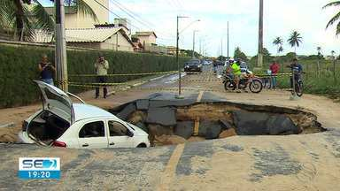 População reclama de obras inacabadas em bairro onde cratera se abriu - Um carro caiu no buraco e mais de 30 mil pessoas ficaram sem água.