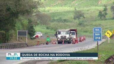 Rodovia Lúcio Meira continua parcialmente interditada após queda de barreira em Vassouras - Segundo PRF, não há previsão para liberação.