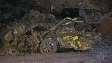 Chuva forte provocou a morte de dez pessoas no Rio de Janeiro - Lúcia Xavier Sarmento Neves, de 63 anos, e sua neta Julia Neves Aché, de 6 anos, estavam no táxi de Marcelo Tavares Marcelino, de 42 anos. Os três morreram após o deslizamento de terra e pedras.