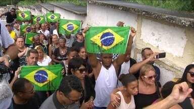 Prisão de 9 militares envolvidos em morte de músico se torna preventiva - Músico Evaldo Rosa dos Santos, morto quando seu carro foi alvejado por 80 tiros, na Zona Norte do Rio, foi sepultado em clima de comoção.