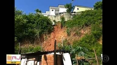Deslizamento de terra atinge barracos na Cidade de Deus - Moradores foram obrigados a deixar casas e estão abrigados em um Ciep.