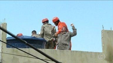 Equipe se emociona com resgate de sobrevivente na Muzema - A laje de uma casa foi preparada para resgate de vítimas por meio de helicóptero.