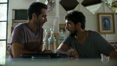 Ali diz para Jamil que ele precisa entrar em contato com Aziz e dar notícias - Ele teme que o sheik desconfie do primo e tome atitudes mais drásticas