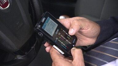 Taxista conta sua experiência com máquina de cartões portátil - A Cielo Zip é uma máquina de cartões que dá pra levar pra qualquer lugar. Ela não precisa de celular para operar, pois tem conexão por chip e por wi-fi. A bateria de longa duração é o sonho de quem passa quase o dia inteiro dirigindo.