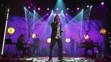 """Djavan canta """"Samurai"""" - Cantor abre o programa com um de seus grandes sucessos"""