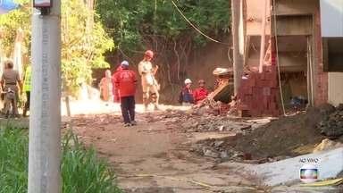 Boletim: Bombeiros buscam desaparecidos em desabamento de prédios na Muzema, no Rio - Sete pessoas morreram, nove ficaram feridas e 12 são consideradas desaparecidas. Os dois prédios desabaram na manhã de sexta-feira (12).