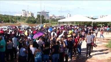 Seis mil pessoas enfrentam calor forte em uma fila de emprego em Palmas, no Tocantins - A disputa é por 200 vagas no comércio da capital do Tocantins. Os salários variam de R$ 1 mil a R$ 5 mil. As contratações devem ser definidas até o fim do mês de abril.