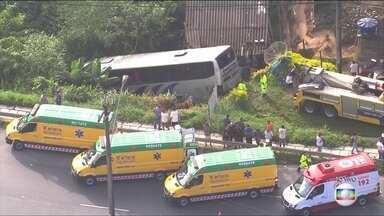 Ônibus cai em ribanceira e várias pessoas ficam feridas na rodovia Régis Bittencourt - Ônibus levava funcionários de uma empresa e bateu em um caminhão. Equipes de resgate trabalham no local.