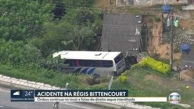 Acidente na Régis Bittencourt deixa 21 pessoas feridas - Um caminhão bateu na traseira de um ônibus que levava trabalhadores de Juquitiba para Itapecerica da Serra.