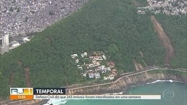 Defesa Civil diz que mais de 200 famílias tiveram casa interditada por temporal - Chuva que deixou a cidade do Rio em estado de calamidade matou 10 pessoas e ainda deixa marcas uma semana depois.