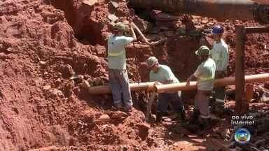 Chuva abre cratera em Paraguaçu Paulista e deixa moradores sem água - Segundo os moradores, não é a primeira vez que a cratera se abre no local. Prefeitura afirma que as obras não podem começar imediatamente devido ao solo molhado.