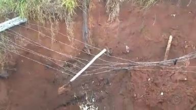 Cratera no Ferradura Mirim aumenta e preocupa moradores de Bauru - A cratera no bairro Ferradura Mirim aumentou e preocupa os moradores de Bauru.