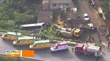 SP1 - Edição de segunda-feira, 15/04/2019 - Acidente na Régis Bittencourt deixa 21 feridos. Pesquisa mostra que 49% dos brasileiros sofrem com estresse no emprego. Ônibus dá suporte às mulheres que sofrem com violência e assédio.