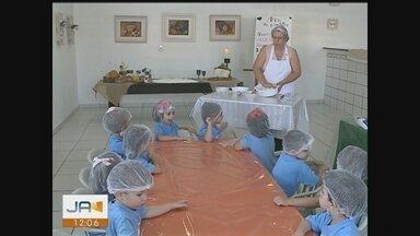 Oficina reforça simbolismo da Páscoa entre crianças em escola de Criciúma - Oficina reforça simbolismo da Páscoa entre crianças em escola de Criciúma
