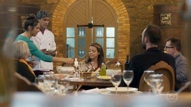 Márcio serve os pratos do festival - O estagiário é auxiliado por Pérola para servir Sirena e os outros chefs