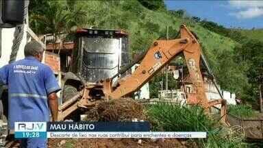 Descarte irregular de lixo provoca entupimento na rede de drenagem em Barra Mansa - O Serviço Autônomo de Água e Esgoto recolhe cerca de 30 m² de entulho por dia.