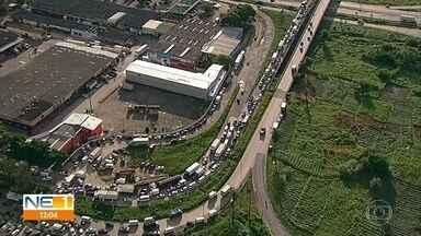 Feriado da Semana Santa deixa trânsito complicado no entorno do Ceasa, na Zona Oeste - Segundo o centro de abastecimento, grande movimento de consumidores provocou engarrafamento