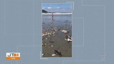 Praia do Embaré, em Santos, fica cheia de sujeira e preocupa moradores - Banhistas decidiram ajudar a recolher parte do material reciclável.