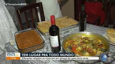 Terreiro de candomblé reúne amigos e vizinhos em almoço na Sexta-feira Santa - Muita gente se reuniu para comer o tradicional caruru.
