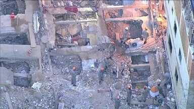 Decretada a prisão de suspeitos de construir e vender prédios que caíram na Muzema - A polícia conseguiu na Justiça mandados de prisão temporária contra três envolvidos na construção dos prédios e na venda de apartamentos na Muzema, que são considerados foragidos. Mais duas vítimas foram enterradas nesta sexta-feira (19).