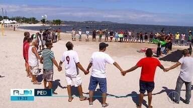 Pescadores pedem mais atenção para a Lagoa de Araruama durante protesto - Caso aconteceu na RJ-140, na altura de São Pedro da Aldeia.