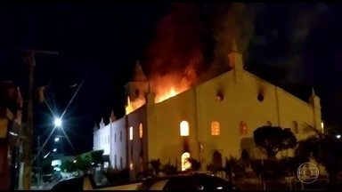 Incêndio destrói parte da Igreja da Matriz de Monte Santo, na Bahia - No Brasil, um incêndio destruiu parte da igreja da matriz de Monte Santo, a 360 quilômetros de Salvador. O fogo começou de madrugada. A própria população ajudou a salvar parte do acervo da igreja.