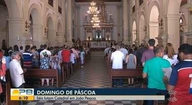 Fiéis lotam catedral no domingo de Páscoa, em João Pessoa - A importante data para os católicos representa um período de renovação.