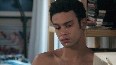 Diego chora ao lembrar de Larissa - Ele explica para sua mãe que está triste por causa da casamento da Larissa