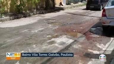 Com atraso de reforma da prefeitura, moradores de Paulista fazem reparo em asfalto de rua - Na Vila Torres Galvão, moradores cobriram rua com concreto por conta própria, mas problema não foi resolvido.