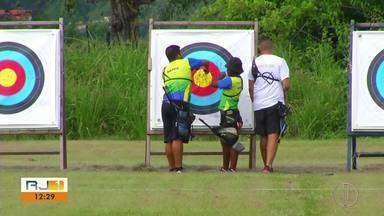 Equipe que treina em Maricá, RJ, disputa Mundial de Tiro com Arco na Colômbia - Assista a seguir.