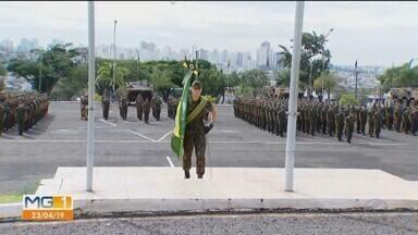 Aniversário de 371 do Exército Brasileiro é comemorado em Uberlândia - Durante a solenidade nesta terça-feira (23), houve homenagens e lançamento de programa social. Várias atividades serão realizadas pelo 36º Batalhão de Infantaria Mecanizada até sábado (27).