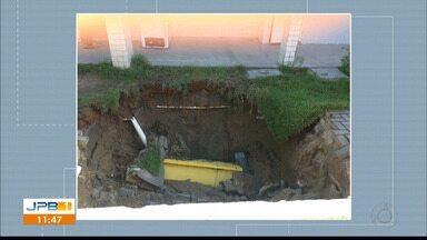 Buraco se abre na área de uma escola estadual em João Pessoa - Escola Estadual no Geisel estava fechada quando o buraco se abriu.