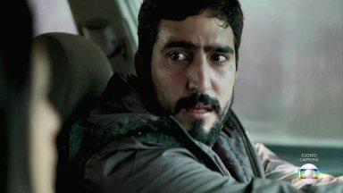 Jamil foge com Laila - Youssef usa Padre Zoran como refém para fugir da polícia. Almeida pede reforços e denuncia o capanga de Aziz