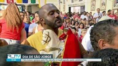 Fiés lotam igrejas no Rio desde a madrugada para celebrações do dia de São Jorge - Missas durante todo o dia recebem fiéis no feriado desta terça-feira (23).