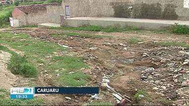 Ruas ficam esburacadas após chuvas em Caruaru - Moradores reclamam da situação.