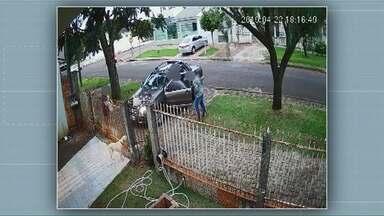 Câmera de segurança registra casal sendo assaltado em frente de casa em Cascavel - Os três bandidos chegam armados e levam o carro do casal.