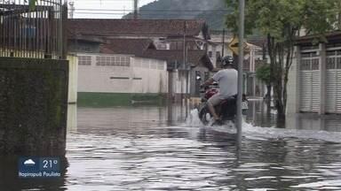 Chuva causa transtornos para moradores de Guarujá - Defesa Civil diz que choveu 1/3 do previsto para abril.