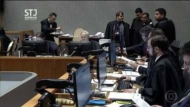 Lula tem pena reduzida pelo STJ no caso do triplex no Guarujá - Decisão foi unânime, mas condenação foi mantida. Pena passou de 12 anos e um mês para oito anos e dez meses de prisão. Ministros também reduziram a indenização devida pelo ex-presidente.