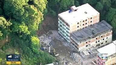 Prefeitura do Rio começa demolição de 2 prédios na região do desabamento na Muzema - Os prédios são vizinhos dos que desabaram há 12 dias na Muzema, deixando 24 mortos.