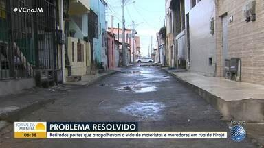 Apos denúncia no JM: postes são retirados do meio da rua no bairro de Pirajá, em Salvador - O problema foi resolvido no Conjunto Pirajá I; veja na reportagem.