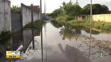 Chuva tira famílias de casa na Sabiaguaba - Elas estão morando em uma creche porque as casas estão ameaçadas.