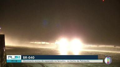 Movimento acima do esperado no feriadão, na BR-040, no trecho de Petrópolis, no RJ - Assista a seguir.