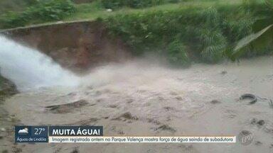 Imagens mostram vazamento de água após rompimento de adutora, em Campinas - Imagem registrada no Parque Valença nesta terça-feira (23) mostra força de água saindo de subadutora.