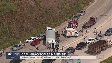 Caminhão tomba, atinge 7 veículos e fecha BR-381, em Caeté - Segundo Polícia Rodoviária Federal, foi implantado o sistema 'pare e siga' para o trânsito fluir.