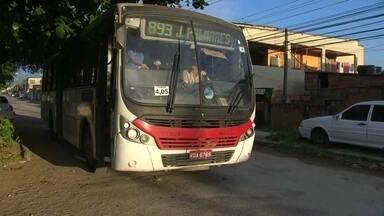 Passageiros reclamam de sumiço dos ônibus da linha 893 - Quem precisa do ônibus, espera mais de uma hora no ponto