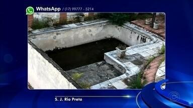 Moradores de bairro em Rio Preto reclamam de piscina abandonada - Moradores de bairro em Rio Preto reclamam de piscina abandonada. Confira outras reclamações que os telespectadores enviaram pelo WhatsApp nesta quarta-feira (24).