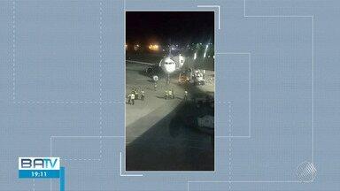 Passageiros são retirados de dentro de aeronave da Avianca no aeroporto de Salvador - De acordo com a companhia aérea, o desembarque foi causado pelo calor.